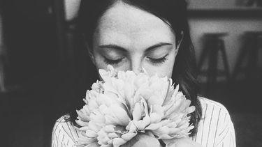 vrouw die focust op ademhaling