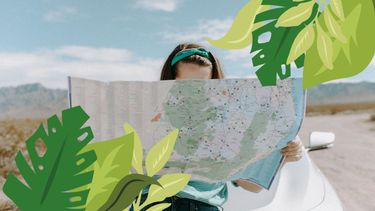 meisje kijkt op landkaart