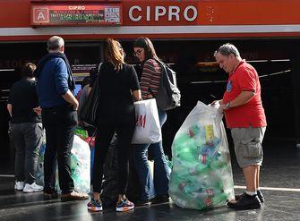 Inwoners Rome recyclen plastic flessen voor metro en bus tegoed