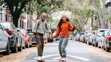 twee vriendinnen aan skateboarden