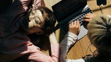 vrouwen op laptop