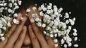 vrouw houdt bloemen voor haar ogen
