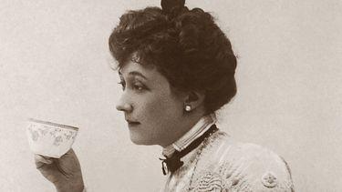 Oude foto van vrouw die saliethee drinkt