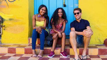 drie reizigers op een stoeprand