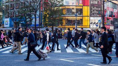 mensen op straat op zebrapad