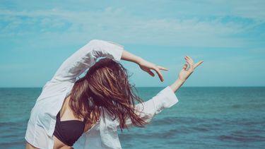 Vrouw die stretcht omwille van stijve schouders
