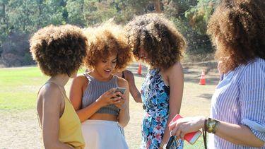 Groep meisjes die de enneagram test uitvoeren