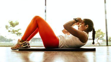 vrouw doet 20 minuten work-out grond