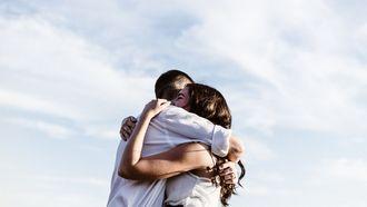 koppel dat aan het knuffelen is