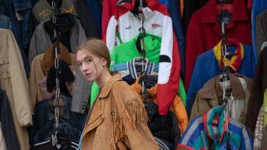 vrouw die kleding verkoopt