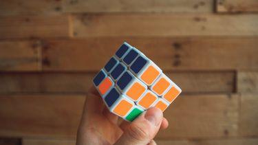 persoon met hoog IQ die Ribix cube oplost
