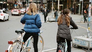 meisjes op de fiets