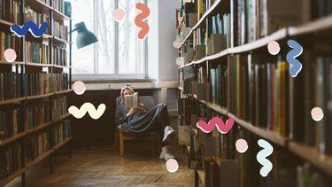 vrouw leest boek in bibliotheek