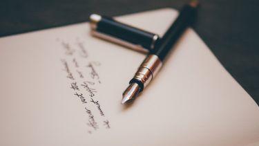 persoon die gedichtjes aan het schrijven is