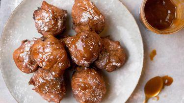 Afbeelding van chocolate chip oliebollen met salted caramel recept 1