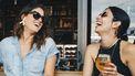 vriendinnen die een biertje drinken samen