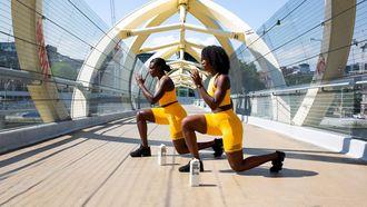 vrouwen sporten op brug