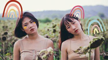 twee soulmates naast elkaar in een veld