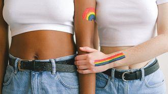LGBTQI vlag op arm