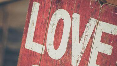 houten bord met daarop de letters liefde