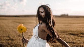 vrouw met bloem