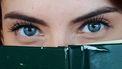 vrouw met blauw gekleurde ogen