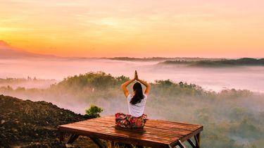 Mindfulness meditatie op een berg