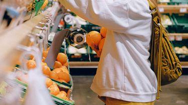 Vrouw in vegan supermarkt