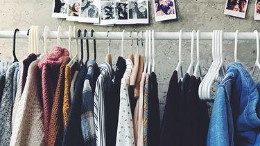 kleding aan rek