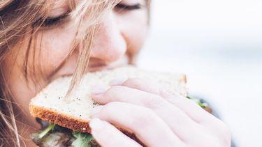 meisje eet broodje
