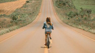 vrouw op fiets in de heuvels