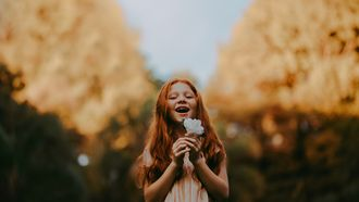 meisje met bloem