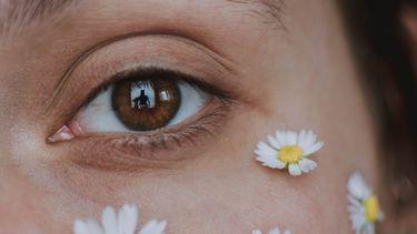vrouw met bloemen op gezicht
