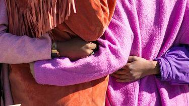 vrouwen dragen kleurrijke kleding