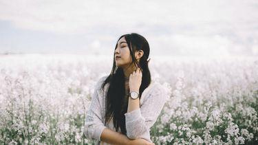 meisje in veld met bloemen