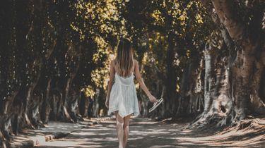 meisje loopt door het bos