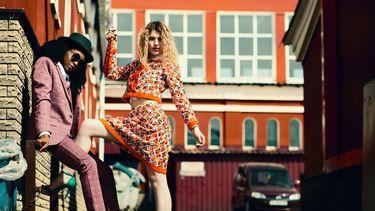 Twee vrouwen poseren op straat in tweedehands kleding
