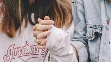 meisje en jongen hand in hand