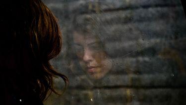 Jonge vrouw met burn-out