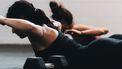 vrouw doet een workout in de sportschool