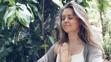 vrouw mediteert in jungle
