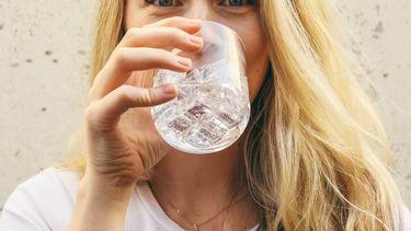 vrouw drinkt water