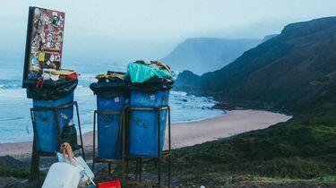 Vuilnisbakken met afvalzakken in de natuur