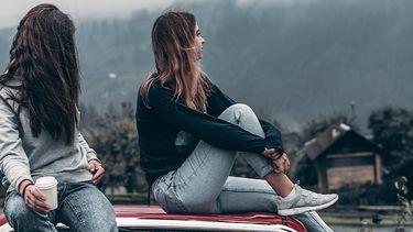twee meisjes op auto