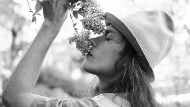 man met bloemen
