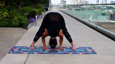 meisje op yogamat