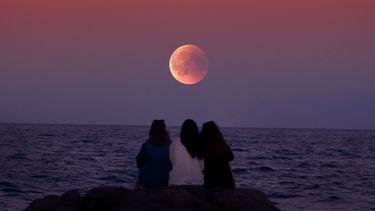Volle maan bij het water