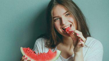 meisje dat een watermeloen eet