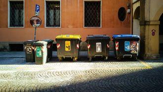 Verschillende soorten afvalcontainers naast elkaar