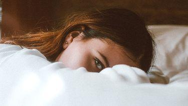 meisje op bed